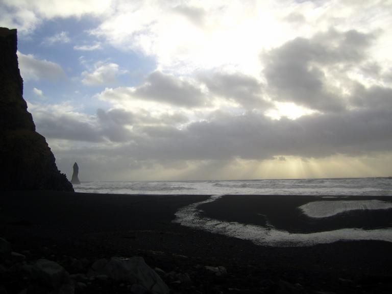 Warum setzt der Verstand bei besonderen Naturschauspielen aus? http://fernwehge.com/2016/02/22/naturgewaltenisland/ #island #iceland #reynisfjara